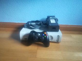 Xbox 360 blanca + mando + cable HDMI.