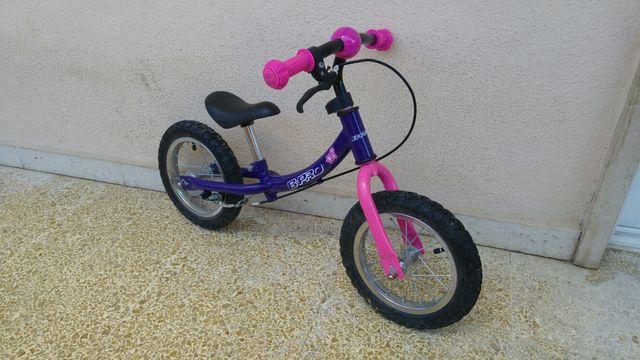 Bicicleta sin pedales para iniciación.