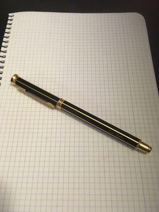 Precioso bolígrafo de Pierre Cardin.
