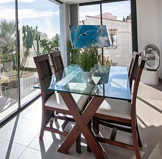 Mesa de comedor cristal con cuatro sillas
