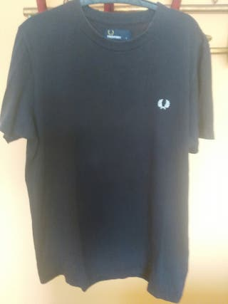 camiseta negra de Fred perry.