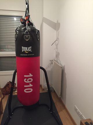 Saco de boxeo con soporte y guantes .
