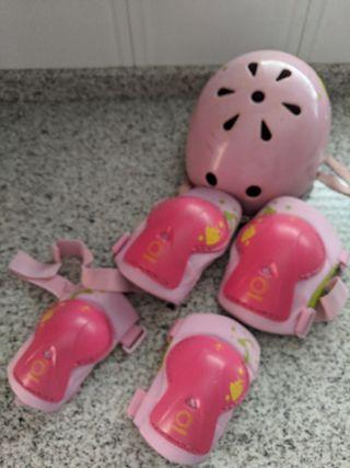 casco infantil protecciones codos y rodillas.