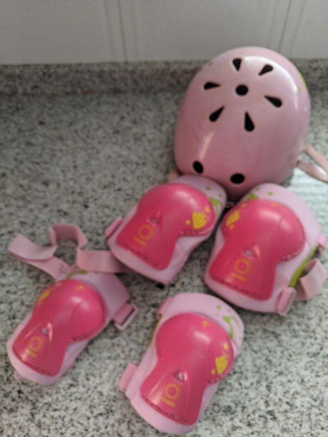 casco de protección protecciones codos y rodillas.