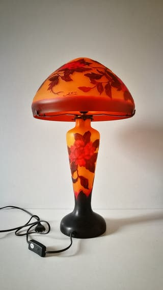 Lámpara vintage sobremesa firmada. Mide 84 cm de a