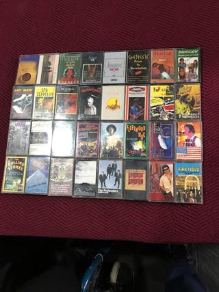Cassettes de distintos grupos musicales