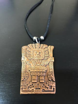 Colgante con motivo azteca y cierre de seguridad.