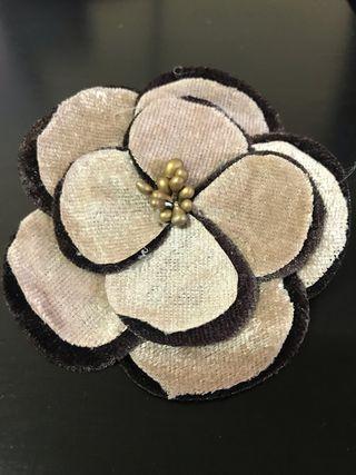 Broche motivo flor de tela de dos colores.