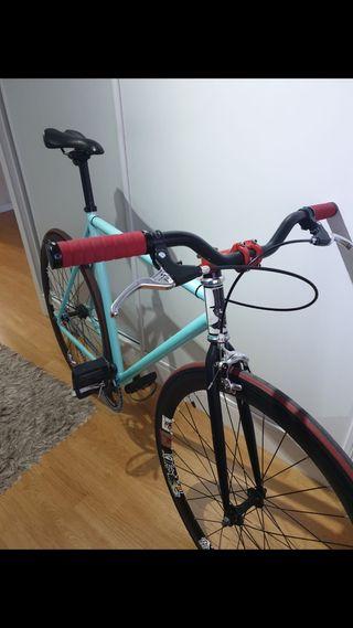 Bicicleta fixie azul celeste