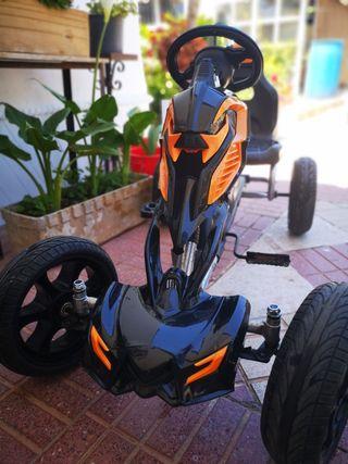 Coche de pedales para niño.