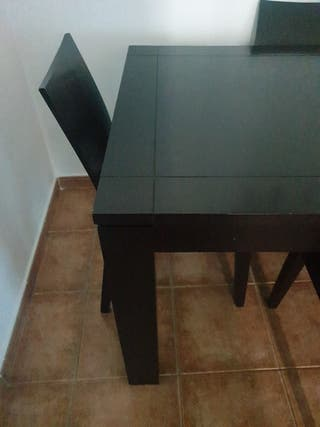 mesa y 4 sillas en perfecto estado