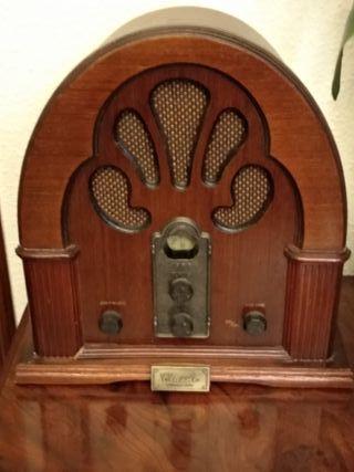 Radio de madera con diseño antigüo.