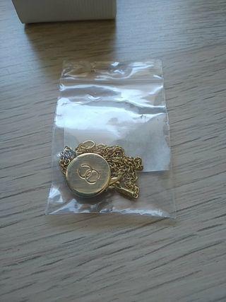 colgante Chanel, hecho con botón de la marca