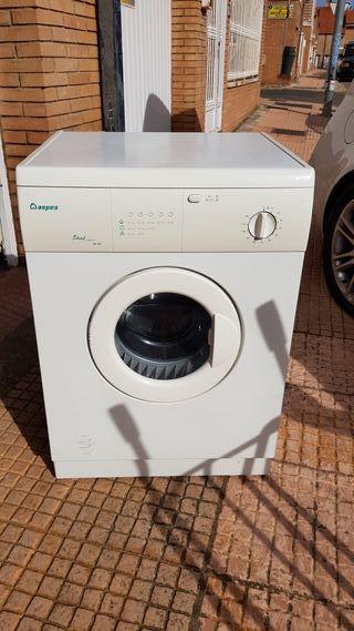 Lavavajillas, secadora y lavadora.