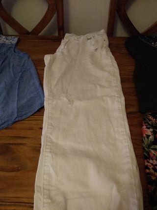 lote de varias prendas de ropa.