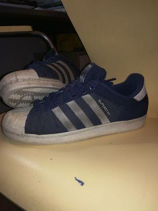 Zapatillas Adidas superstar azul oscuro.