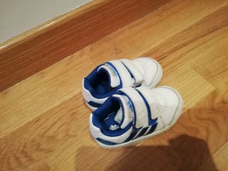 zapatillas de deporte infantiles, del número 21.