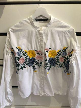 Camisa manga abullonada detalle floral Zara