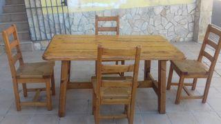 Mesa de madera maciza y cuatro sillas