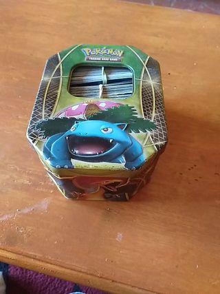 caja de Pokémon. con cromos