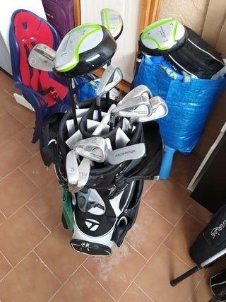 carro de golf y palos