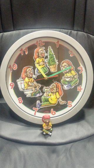 reloj de pared y figura rasta