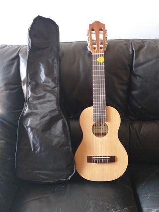 guitarra pequeña con funda (guitalele)