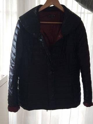 chaqueta tipo plumifero negra con interior granate