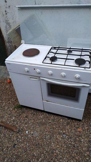cocina con horno y portabombonas