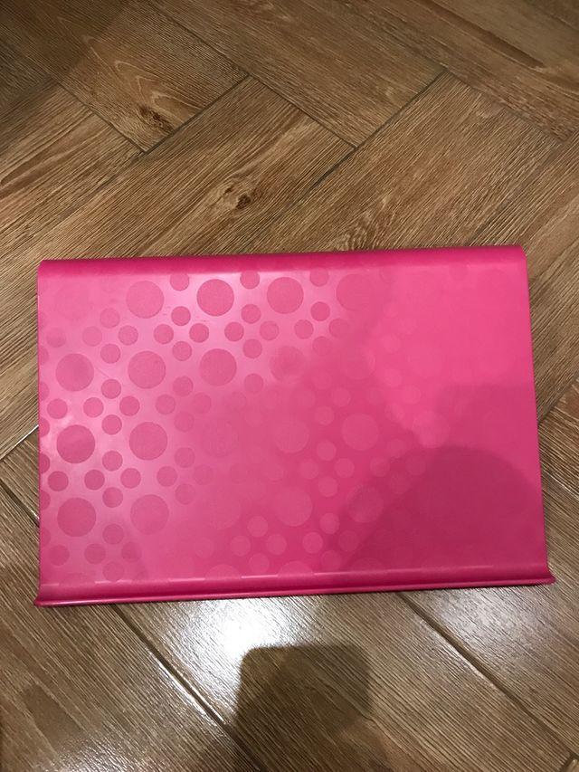 Para apoyar el portátil/tablet rosa