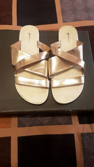 Sandalias de tiras doradas.Talla 40