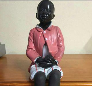Figura niño sentado