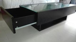 mesa de centro con cristal y cajones
