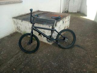 bicicleta bh pintda y con algo de oxido