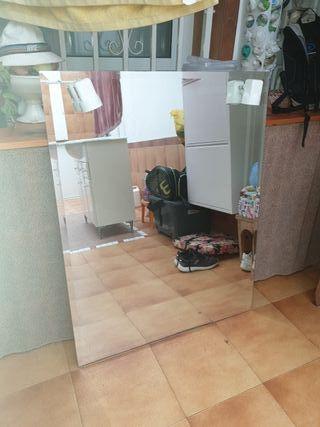Mueble de baño con espejo.
