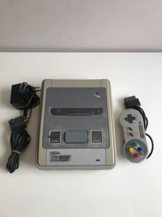 Super Nintendo con un mando y cables
