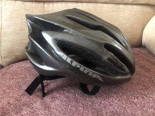 Se vende Casco de bicicleta, marca Alpina.