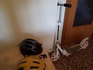 Terrassa.Patinete ruedas grands y 2 cascos bicicta