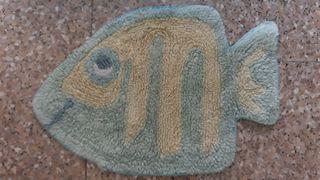 alfombra de baño con forma de pez