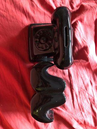 Huchas en forma de mostacho y teléfono antiguo