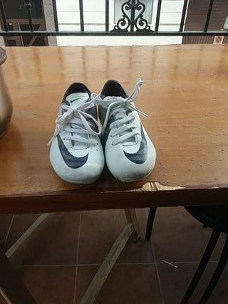 zapatos de deporte con tacos