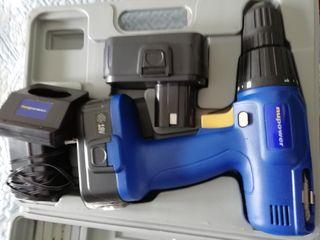 Taladro de batería con su caja y herramientas