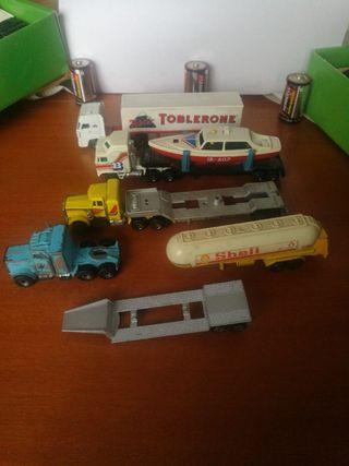 varios camiones y remolques