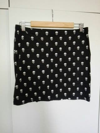 df9666be16 Falda negra con calaveras H amp M rock goth punk