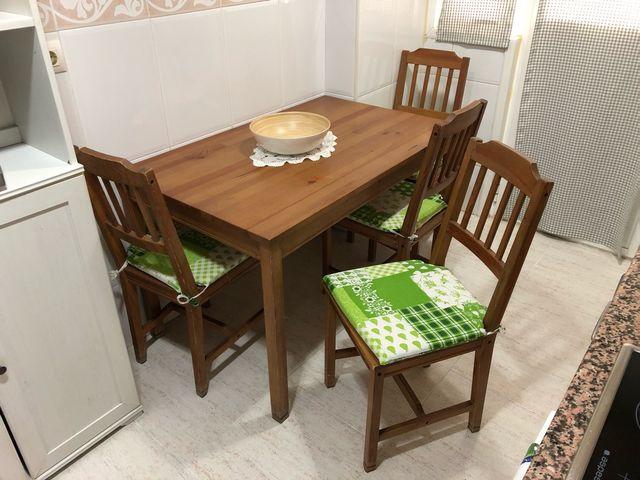 Mesa y cuatro sillas de cocina Ikea madera pino. de segunda mano por ...
