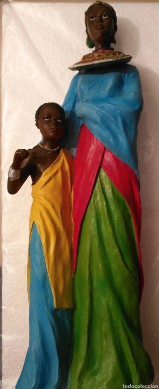 Figura étnica mujer africana y su hijo