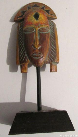 Figura étnica con peana