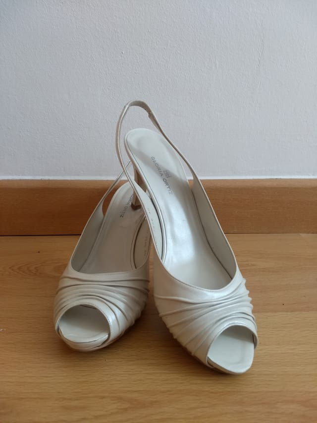 Zapatos blancos Gloria Ortiz 40