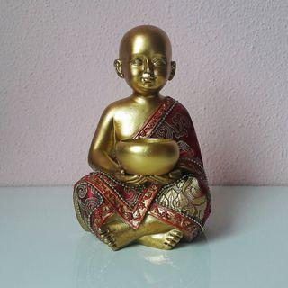 Estatua monje con vela