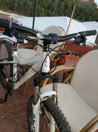 bicicleta de montaña. niña o mujer
